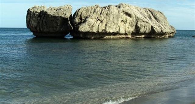 Rocas que dan nombre a la playa Piedra Paloma